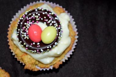 Diese Ostercupcakes sind mit leckeren Karotten gefüllt und einfach dekoriert mit Osterfondantdeko.