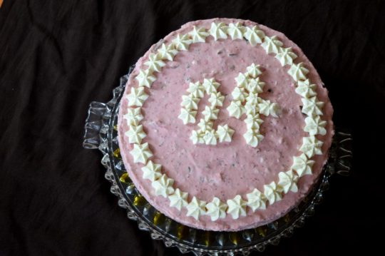 Die Erdbeer-Yogurette-Torte ist perfekt für den Sommer. Sie ist leicht, fruchtig und frisch.