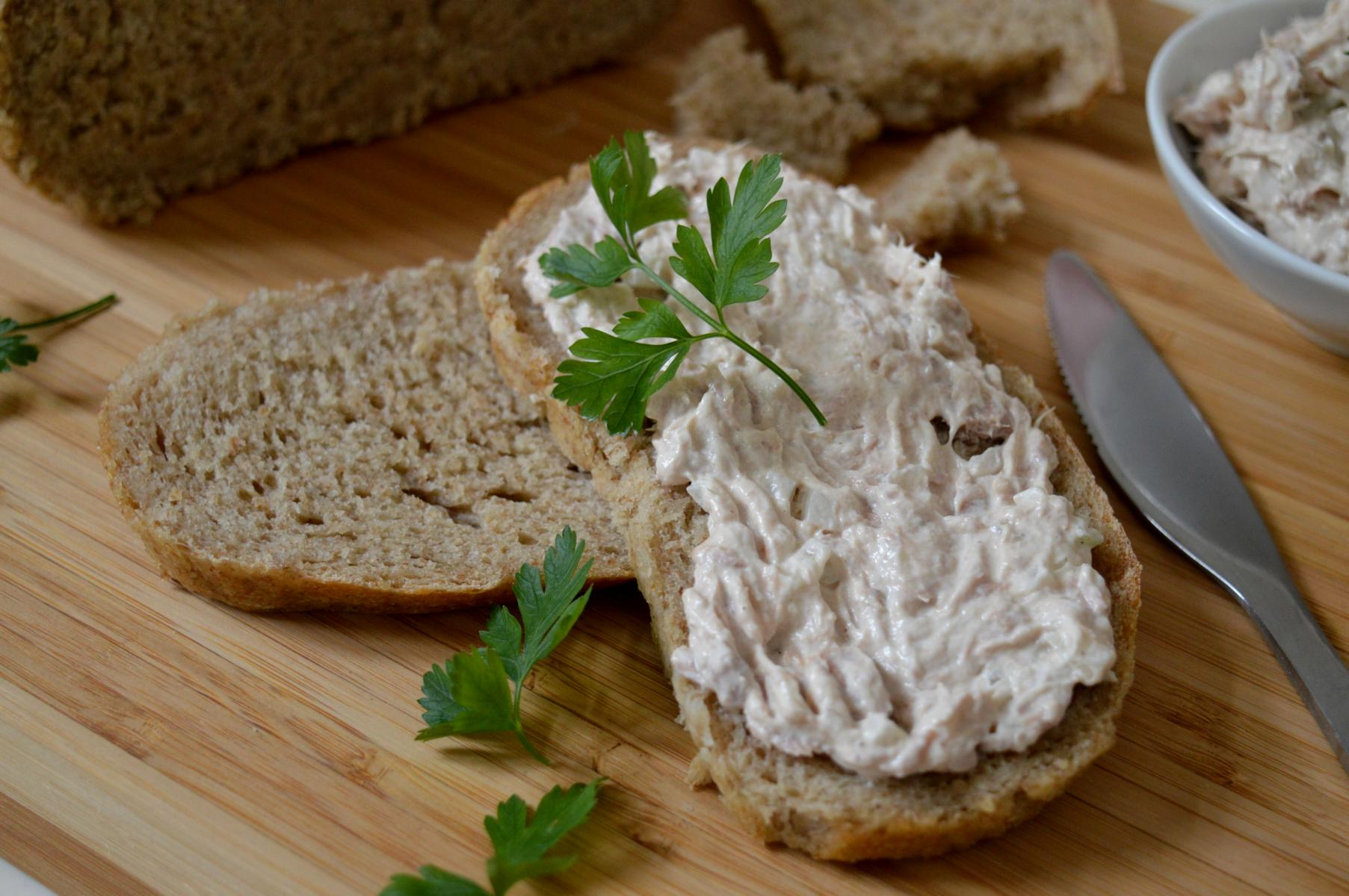 Schwäbisches Brot ist ganz einfach und schnell gemacht. Zusammen mit einem einfachen Thunfisch-Aufstrich sind alle Gäste begeistert.