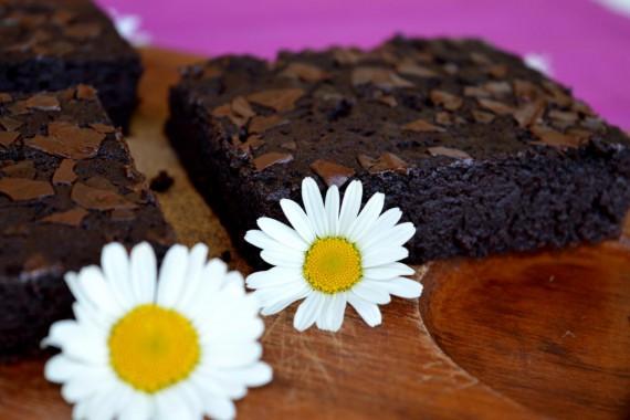 Die schnellen Brownies sind super einfach gemacht und schmecken wahnsinnig saftig und lecker.