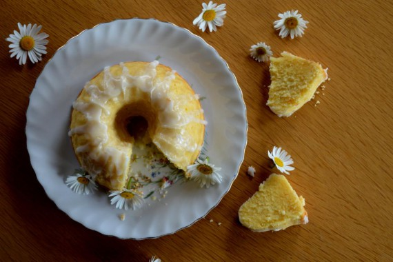 Der Zitronengugl schmeckt auch alleine wunderbar saftig und zitronig. Der Schlüsselblumensirup gibt ihn allerdings noch einen letzten Schliff.