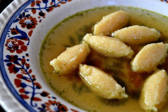 Die Grießklöschensuppe zählt wohl zu den absoluten Klassikern unter den Suppen. Sie ist einfach und schnell gemacht, schmeckt aber trotzdem super lecker.
