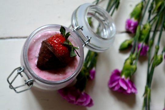 Dieser Nachtisch ist einfach im Glas angerichet. Leckerer Erdbeerquark geschicktet mit Walnussquark. Total einfach und doch so lecker.