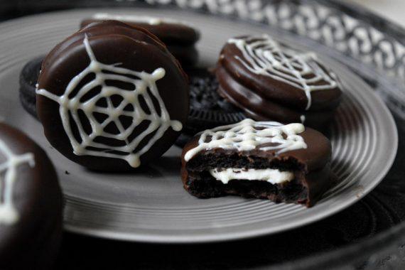 Oreokekse sind so vielseitig. Mit etwas Schokolade lässt sich eine schnelle Halloween Leckerei zaubern. Ganz einfach sind sie mit Spinnennetzen verziert.