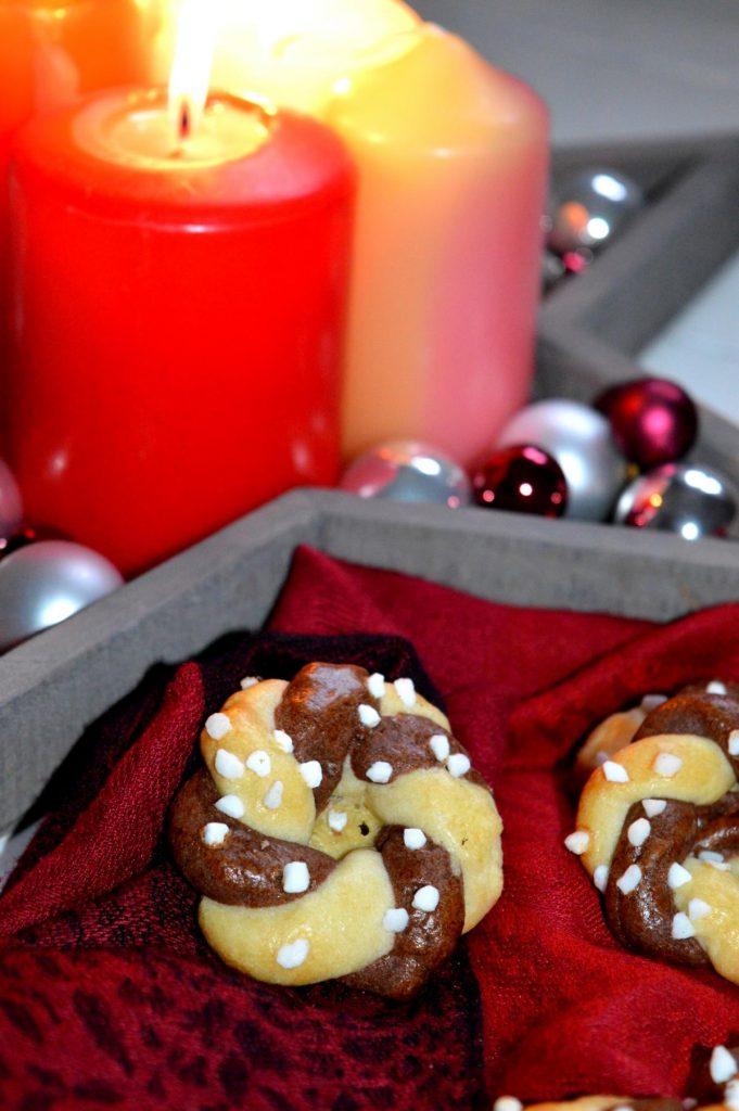 Die gewundenen Kränze sind zauberhafte, hübsche Plätzchen. Perfekt zu Weihnachten, ganz einfach gemacht.